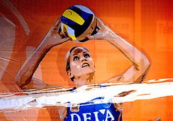 15-09-2007 VOLLEYBAL: NEDERLAND - KROATIE: AMSTELVEEN<br /> Nederland wint met 3-0 van Kroatie - Kim Staelens, vlag spandoek creative volleybal item<br /> ©2007-WWW.FOTOHOOGENDOORN.NL