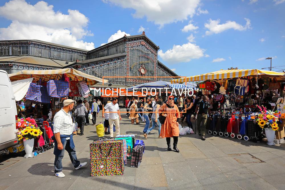 Torino: il mercato di Porta Palazzo in piazza della Repubblica. <br /> <br /> Turin: street market of Porta Palazzo