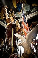 """La statua della Libertà in miniatura nella casa museo all'interno di """"Vincent City"""", residenza del pittore salentino """"Vincent Brunetti""""nei pressi di Guagnano in provincia di Lecce. 29/03/2009 (PH Gabriele Spedicato) ..VINCENT BRUNETTI.Affettuosamente identificato con l'appellativo """"LA LIBELLULA DEL SUD"""", Vincent Brunetti è oggi considerato uno dei personaggi più emblematici della vita artistica meridionale..Nato a Guagnano di Lecce il 3 dicembre 1950 e residente a Milano da oltre vent'anni dove per i meriti artistici (egli è infatti pittore e scultore) gli è stato conferito nel 1970 l'AMBROGINO D'ORO. Fu colpito in tenera età dal virus della poliomelite. Gli effetti devastanti della malattia a seguito di due delicati interventi al piede sinistro lo stavano portando ad una quasi totale immobilità..Comincia comunque a dipingere e consegue, con il massimo dei voti, il diploma alla Scuola d'arte di Lecce..Dopo essere stato a Torino, si trasferisce a soli venticinque anni a Milano dove riceve numerosi riconoscimenti ed entra in contatto con elementi di spicco della scena artistica milanese come Francesco Messina (sotto la cui guida frequenta l'Accademia di Brera); Giacomo Manzù che lo segue ed incoraggia nel corso della sua attività; Arnaldo Pomodoro che lo accoglie presso la sua Bottega..Sempre a Milano, egli collabora con l'attrice Paola Borboni ed il poeta Bruno Villar alla realizzazione di numerose attività culturali e di diversi programmi televisivi..Con il passare degli anni egli è sempre più debilitato dalla malattia..Grazie alla geniale scoperta di Mariano Orrico, ideatore """"Lamina Bior"""" secondo il quale, ogni genere di malattia può essere sconfitta con il proncipio dell'elettricità statica, Vincent Brunetti ha potuto recuperare in pieno la sua vitalità e gioia di vivere..Nella sua """"DANZA"""" propiziatoria è espresso in pieno il bisogno di LIBERTA' che è nascosto nel cuore di ogni uomo e nel suo """"VOLO"""" il desiderio di liberarsi dal peso della materia..Nell'elasticità"""