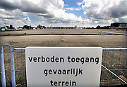 Nederland, Krimpen aan den IJssel, 20-6-2008Het bedrijfsterrein van de voormalige koolteerfabriek Cindu en het afvalolie verwerkingsbedrijf EMK langs de Hollandse IJssel is met damwanden en beton geisoleerd van zijn omgeving. De bodem van het terrein is sterk chemisch vervuild en wacht al jaren op kostbare sanering. Buizen en leidingen voeren verontreinigd grondwater af wat na zuivering geloosd wordt. Doel is de situatie beheersbaar te houden totdat een oplossing gevonden is voor deze giftige tijdbom.Foto: Flip Franssen/Hollandse Hoogte