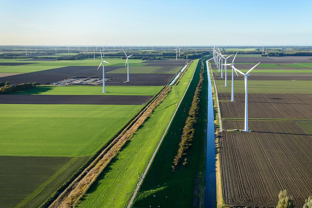 Nederland, Flevoland, Zeewolde, 24-10-2013. Knardijk, vanaf Hoge Vaart, richting noordwesten.<br /> Scheiding tussen de polders Oostelijk Flevoland en Zuidelijk Flevoland.<br /> Sluice near Zeewolde in the Flevoland polder for flood protection and flood.luchtfoto (toeslag op standaard tarieven);<br /> aerial photo (additional fee required);<br /> copyright foto/photo Siebe Swart.
