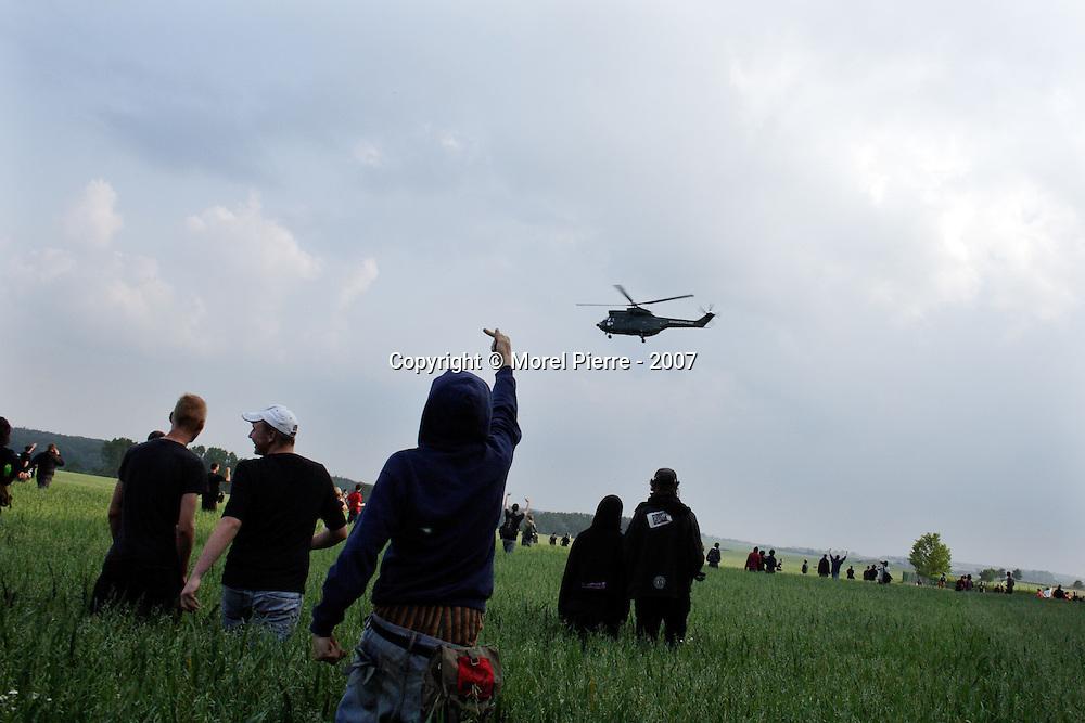 6 Juin - Porte Est de la zone rouge : Le décollage d'hélicoptères de l'armée entraîne les activistes dans le champ jouxtant l'accès au G8. Ils en profiteront pour s'attaquer à la clôture de sécurité qui entoure la ville où se tient le sommet.