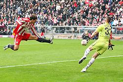12.02.2011, Allianz Arena, Muenchen, GER, 1.FBL, FC Bayern Muenchen vs TSG 1899 Hoffenheim, im Bild  Torschuss zum 1-0 durch Mario Gomez (Bayern #33) mit Tom Starke (Hoffenheim #33) , EXPA Pictures © 2011, PhotoCredit: EXPA/ nph/  Straubmeier       ****** out of GER / SWE / CRO  / BEL ******