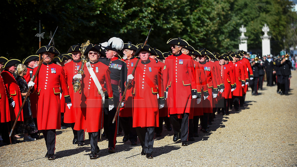 """© Licensed to London News Pictures. 01/09/2018. LONDON, UK.  Chelsea Pensioners and military representatives from London parade down the King's Road, in an event called """"London Remembers"""", to remember the actions of the London regiments who served in WWI.  Photo credit: Stephen Chung/LNP"""