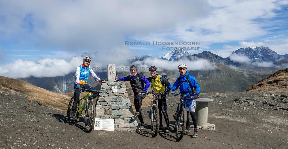 15-09-2017 ITA: BvdGF Tour du Mont Blanc day 6, Courmayeur <br /> We starten met een dalende tendens waarbij veel uitdagende paden worden verreden. Om op het dak van deze Tour te komen, de Grand Col Ferret 2537 m., staat ons een pittige klim (lopend) te wachten. Na een welverdiende afdaling bereiken we het Italiaanse bergstadje Courmayeur. Nicole, Ronald, John, Elias