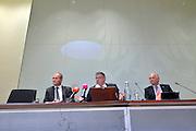 Nederland, Nijmegen, 15-9-2015Persconferentie van Burgemeesters Bruls van Nijmegen, de burgemeester van Heumen Paul Mengde en Gerard Bakker, directeur van het COA (links) vanwege het besluit om asielzoekers, vluchtelingen, tijdelijk te huisvesten in tenten, paviljoens, op Heumensoord.FOTO: FLIP FRANSSEN/ HH