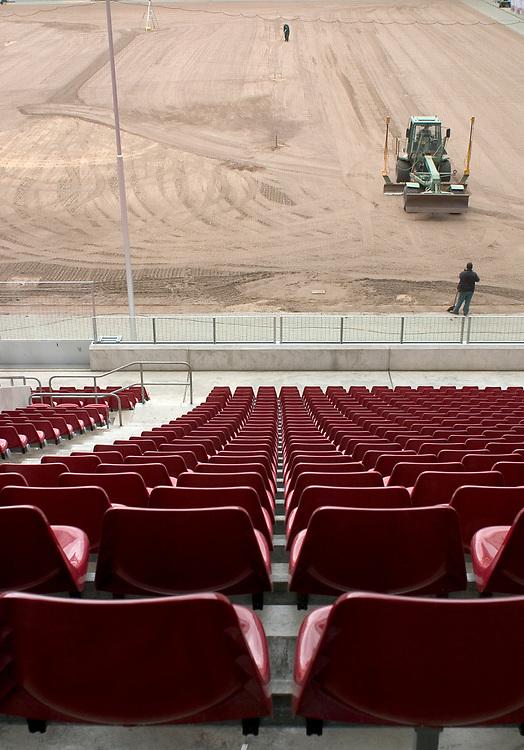 Deutschland - Fu&szlig;ballweltmeisterschaft 2006<br /> Der WM Rasen: Probeverlegung Rhein-Energie-Stadion K&Ouml;LN<br /> Stadion ohne Rasen