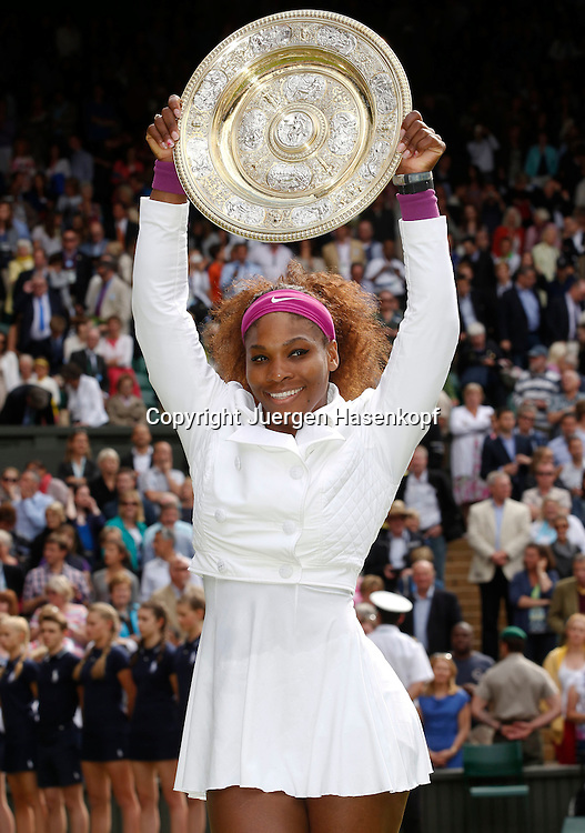 Wimbledon Championships 2012 AELTC,London,.ITF Grand Slam Tennis Tournament, Damen Finale,.Siegerehrung,Praesentation,Siegerin Serena Williams (USA) streckt die Schale in die Hoehe,Jubel,Freude,Emotion,Halbkoerper,Hochformat,Pokal,