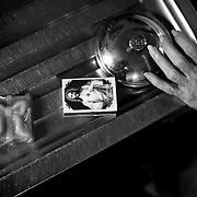 APUNTES SOBRE MI VIDA: LA PASTORA I - 2009/10<br /> Photography by Aaron Sosa<br /> Carmen Cecilia Rojas Perez, casa de la familia Sosa en la Pastora.<br /> La Pastora, Caracas - Venezuela 2009<br /> (Copyright © Aaron Sosa)