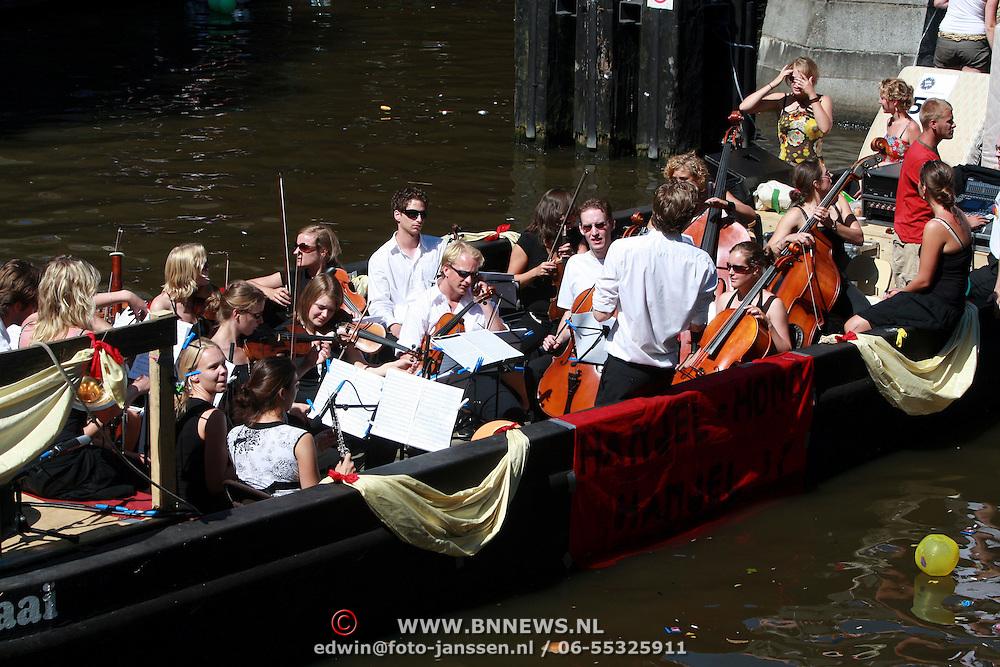 NLD/Amsterdam/20070804 - Gaypride Canalparade 2007, boot met klassieke muziek