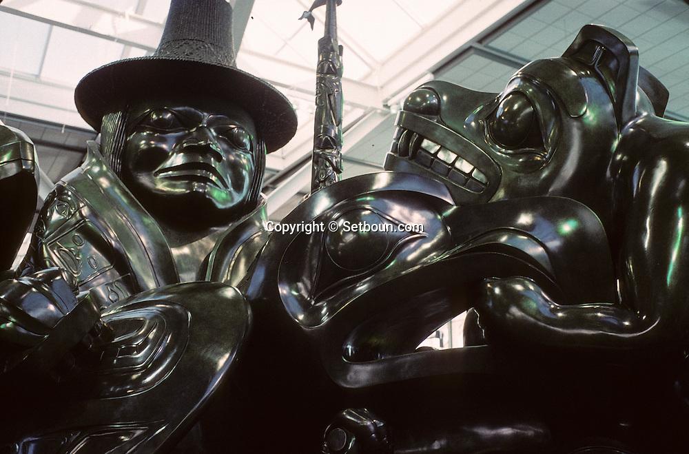 Canada. Vancouver .The spirit of Haida Gwai,jade color sculpture, by Bill reid; airport of  Vancouver    /  The spirit of Haida Gwai, sculpture couleur  jade, by Bill reid; aéroport de   Vancouver  Canada Oeuvre de Bill Reid. L'esprit de Haida Gwaii. Pièce coulée en bronze avec patine de jade vert, la deuxième de deux épreuves installé à l'aéroport de Vancouver. Longueur: 6,05m; hauteur: 3,90m; largeur: 3,48m. (voir 139) Détail d'un loup.
