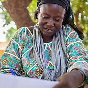 LÉGENDE: Assoumba prépare une réunion avec les parents. LIEU: Centre Social Jardin d'enfants, Sarh, Tchad. PERSONNE(S): Assoumba Bayem, Directrice du centre social Jardin d'enfants.