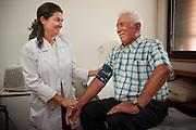 Doctora Marisa Bustos y el paciente Don Ramon Antonio Huerta Vidal. Proyecto La Vida Es Un Derecho. Santiago, Chile. 16-01-2014 (©Alvaro de la Fuente/Triple.cl)