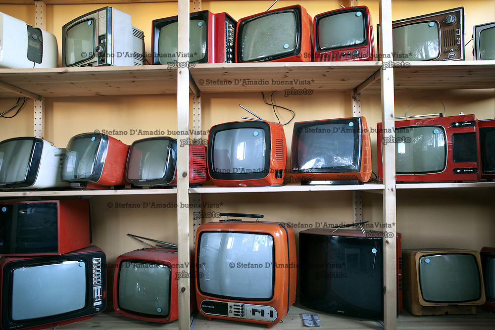 Costituzione di un museo all'interno della Fabbrica della Relight di vecchi televisori di particolare design<br /> <br /> muse in Factory of old TV design