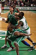 DESCRIZIONE : Treviso Lega A1 2006-07 Benetton Treviso Montepaschi Siena <br /> GIOCATORE : Shumpert Sato Mordente Lotta a Rimbalzo<br /> SQUADRA : Benetton Treviso<br /> EVENTO : Campionato Lega A1 2006-2007 <br /> GARA : Benetton Treviso Montepaschi Siena <br /> DATA : 22/04/2007 <br /> CATEGORIA : Rimbalzo <br /> SPORT : Pallacanestro <br /> AUTORE : Agenzia Ciamillo-Castoria/M.Marchi