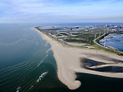 Nederland, Zuid-Holland, Rotterdam, 14-09-2019;  Tweede Maasvlakte (MV2), Slufterstrand (voorgrond) op de grens met het Maasvlaktestrand. Foto richting Prinses Alexiahaven, ingang Nieuwe Waterweg.<br /> Second Maasvlakte (MV2), Slufter beach (foreground) on the border with Maasvlakte beach. Photo towards Prinses Alexiahaven, Entrance Nieuwe Waterweg.<br /> <br /> luchtfoto (toeslag op standard tarieven);<br /> aerial photo (additional fee required);<br /> copyright foto/photo Siebe Swart