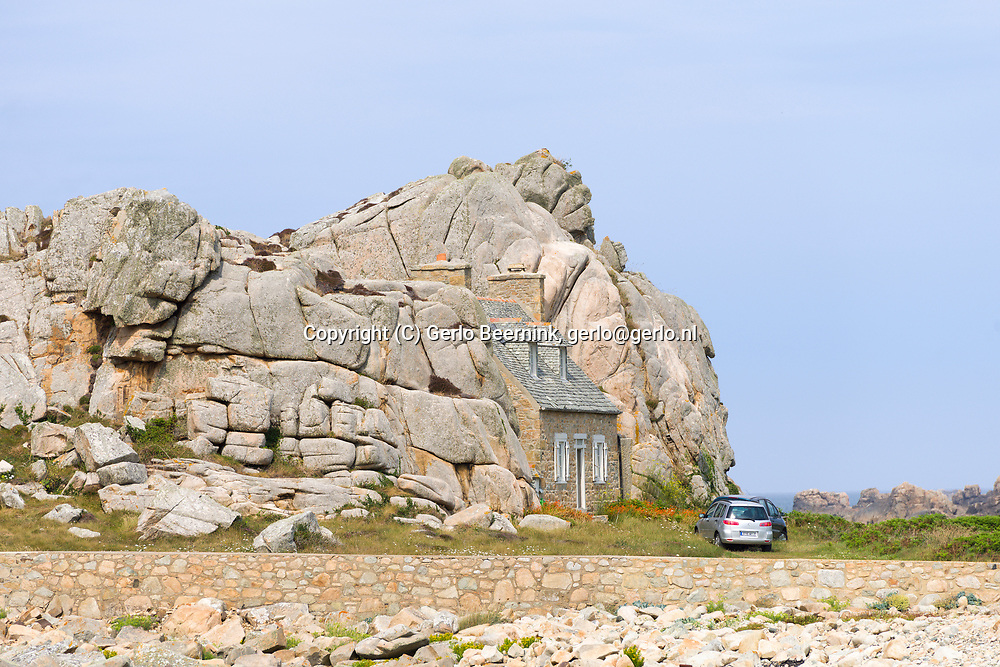 Frankrijk, Plougrescant, Porz Hir, 0170718<br /> Castel Meur is de naam van dit fantastische huis. Ze draait haar rug naar de zee, sinds 1861, het jaar van de bouw, om zichzelf te beschermen tegen hevige winden tijdens stormen. beschermd natuurgebied. Huisje tussen de rotsen<br /> <br /> France, Plougrescant, Porz Hir<br /> Castel Meur is the name of this amazing house. She turns her back to the sea since 1861, the year of its construction, to protect themselves from violent winds during storms, frequent in this place. protected natural site. House in between rocks