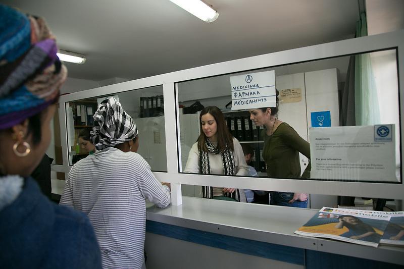 Nancy Retinioti, assistente sociale, 30 anni, nella clinica di Medecins du Monde, la ONG che si occupa di offrire cure mediche gratuite agli immigrati senza documenti e alle migliaia di greci che essendo rimasti senza lavoro hanno perso il diritto all'assistenza sanitaria pubblica.