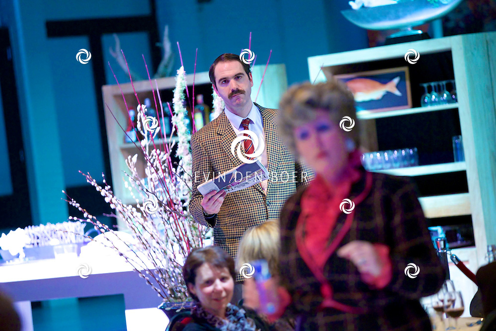 ETTEN-LEUR - In de schouwburg was een avondvullend programma door Faulty Towers The Dining Experience. Met hier op de foto  Alison Pollard-Mansergh (Sybil) en Robert Langston (Basil). FOTO LEVIN DEN BOER - PERSFOTO.NU