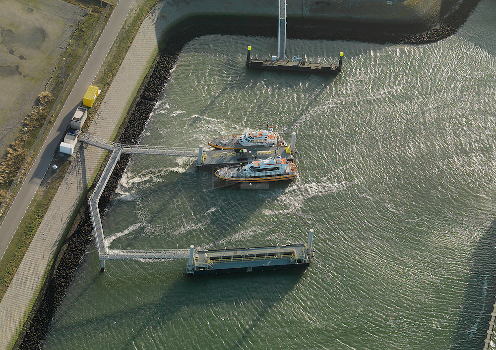 20120102 0024 Steiger van loodsboten aan de Markweg en de pistoolhaven. Haven nummer 6337.