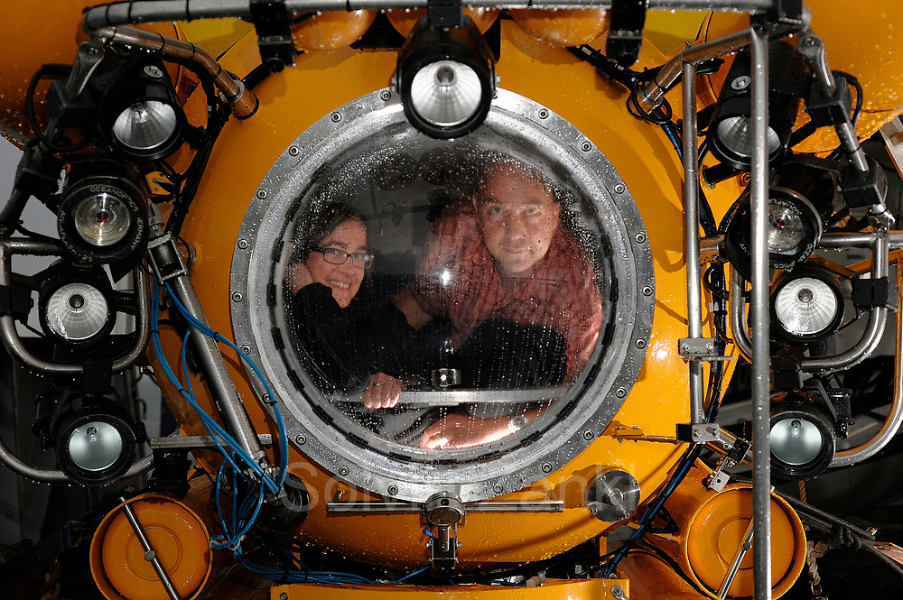 Barbara Lich editor from GEOlino and Solvin Zankl inside the submersible JAGO. Solvin Zankl is photographing cold water corals on board  RV POSEIDON for three weeks And goes down to 200m to visit the Lophelia sulareef in | Barbara Lich, GEOlino, und Solvin Zankl im Forschungstauchboot JAGO. Solvin fotografierte drei Wochen lang Kaltwasserkorallen an Bord des Forschungsschiffes -Poseidon- und tauchte mit -Jago- 200m tief ab, um die Lophelia-Riffe vor der Norwegischen Küste im Bild festzuhalten.