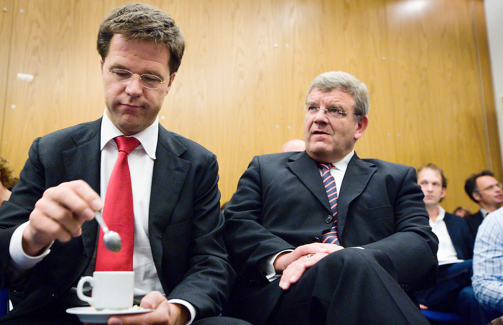 Nederland. Den Haag, 13  juni 2007.<br /> Mark Rutte en partijvoorzitter Jan van Zanen luisteren naar Sybilla Dekker tijdens de presentatie van het rapport van haar commissie. Commissie Dekker.<br /> Foto Martijn Beekman <br /> NIET VOOR TROUW, AD, TELEGRAAF, NRC EN HET PAROOL
