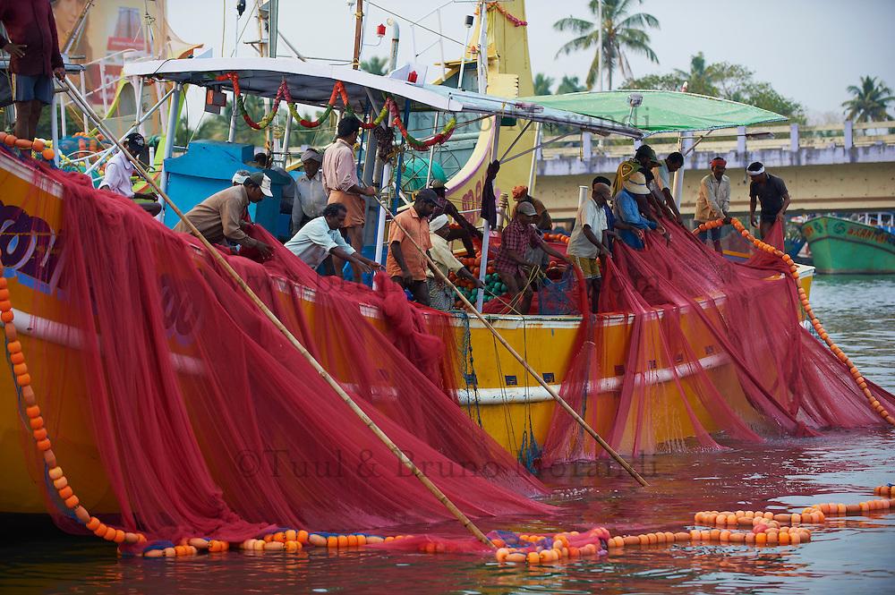 Inde, Etat du Kerala, Kochi ou Cochin, Fort Cochin le centre historique, netoyage des filets de peche // India, Kerala State, Fort cochin or Kochi, cleaning of fishing net