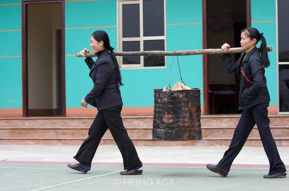 Thanh Binh Hotel. Women carrying hot tiles.