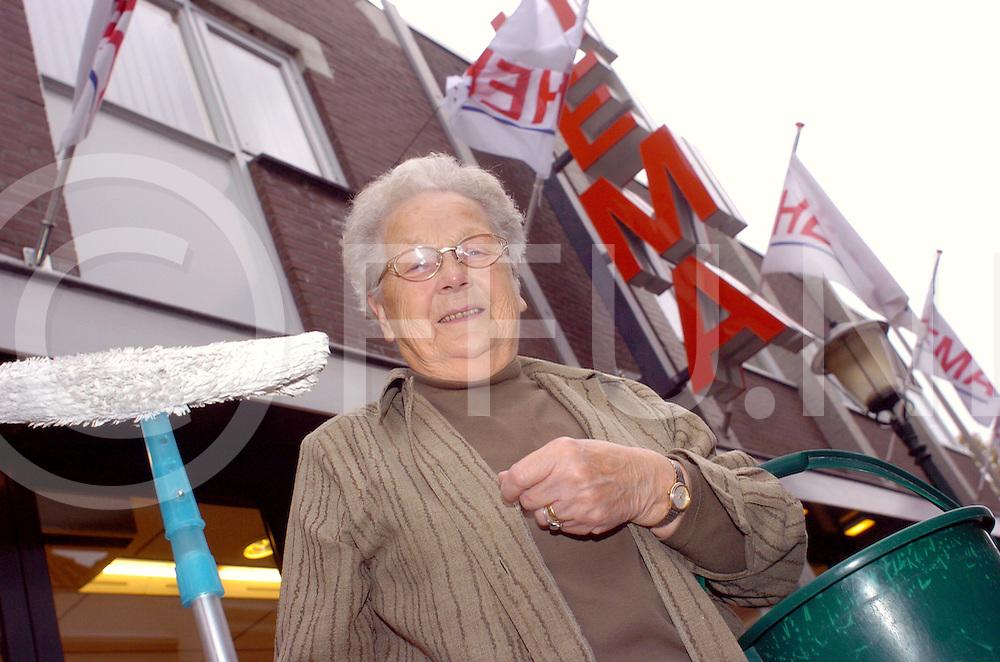 061020 Ommen Nederland...Mevr Minke de Lange stopt na 70 jaar werken op haar 84 ..als schoonmaakster bij de HEMA...Balkenende c.s. menen tenslotte dat 'we' met z'n allen langer moeten doorwerken, minstens tot 65. De HEMA-schoonmaakster deed er vrolijk een schepje bovenop en ging pas met de vut na 70 jaar ploeteren...haar telefoonnummer 0529 452598..fotografie frank uijlenbroek©2006 frank uijlenbroek..