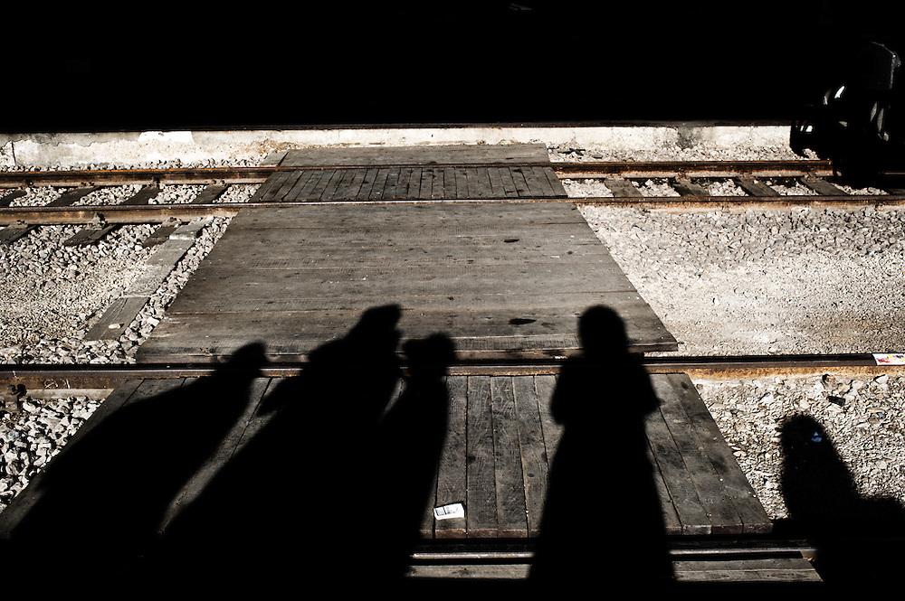 Particolare della stazione di Mostar in attesa del treno per Sarajevo<br /> <br /> 27 Maggio 2004<br /> Ultimo giorno a Mostar. L'autobus per Sarajevo &egrave; alle 18.00. Sono andata nella parte croata di Mostar e capitata al Centro culturale francese dove stavano allestendo una mostra fotografica.<br /> <br /> Tornata dall'altra parte del fiume sono andata a visitare il Centro Pavarotti. Che delusione. Il personale passa il tempo a fumare e a guardare la televisione. Mi spiegano che la situazione &egrave; precaria. &Eacute; dal 1999 che aspettano stanziamenti dal comune. (...) A causa della corruzione buona parte dei soldi finisce nelle tasche dei politici .