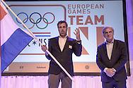 02-06-2015: Nieuws: Presentatie selectie Europese Spelen: Papendal<br /> <br /> (L-R) Voorzitter NOC*NSF Andre Bolhuis (R) overhandigd symbolisch de vlag aan chef de mission Jeroen Bijl<br /> <br /> European Games Team NL bestaat tijdens de eerste editie van het evenement in Baku uit 120 topsporters. Zij komen in totaal uit in zeventien sporten en nemen deel aan 24 disciplines. Chef de mission is Jeroen Bijl<br /> <br /> NOVUM COPYRIGHT / ORANGE PICTURES / GERTJAN KOOIJ