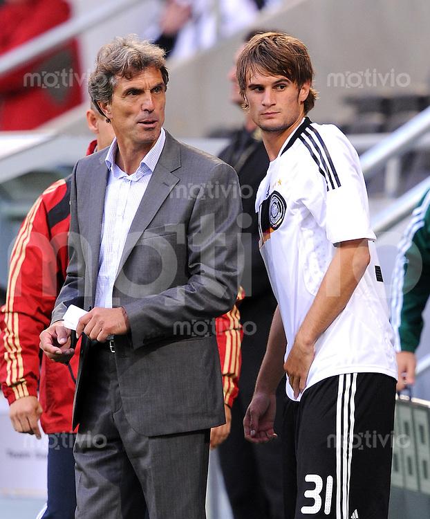 Fussball Nationalmannschaft :  Saison   2009/2010   04.09.2009 Fußball U21 : Deutschland - San Marino , GER - SM ,  Trainer Rainer Adrion mit Christopher Noethe (GER)