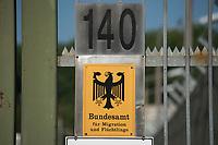"""06 AUG 2014, BERLIN/GERMANY:<br /> Schild """"Bundesamt fuer Migration und Flüchtlinge"""" am Eingneg zum Abschiebungsgewahrsam der Berliner Polizei in Berlin-Koepenick, Gruenauer Strasse 140<br /> IMAGE: 20150806-01-002<br /> KEYWORDS: Köpenick, Abschiebungshaft, Abschiebeknast, Abschiebehaft, Polizeiabschiebehaftanstalt, Grünau; Gruenau"""