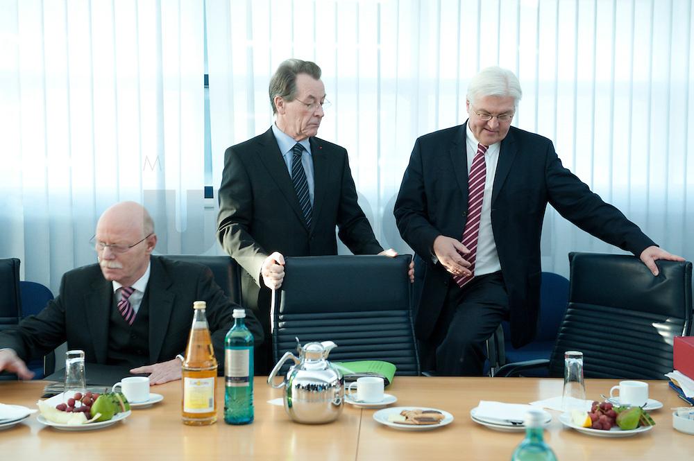 05 JAN 2009, BERLIN/GERMANY:<br /> Peter Struck (R), SPD Fraktionsvorsitzender, und Franz Muentefering (M), SPD Parteivorsitzender, Frank-Walter Steinmeier (R), SPD, Bundesaussenminister, vor Beginn der Sitzung der SPD -Koordinierungsrunde-Bund-Laender-Komunen, Willy-Brandt-Haus<br /> IMAGE: 20090105-01-012<br /> KEYWORDS: Franz Müntefering