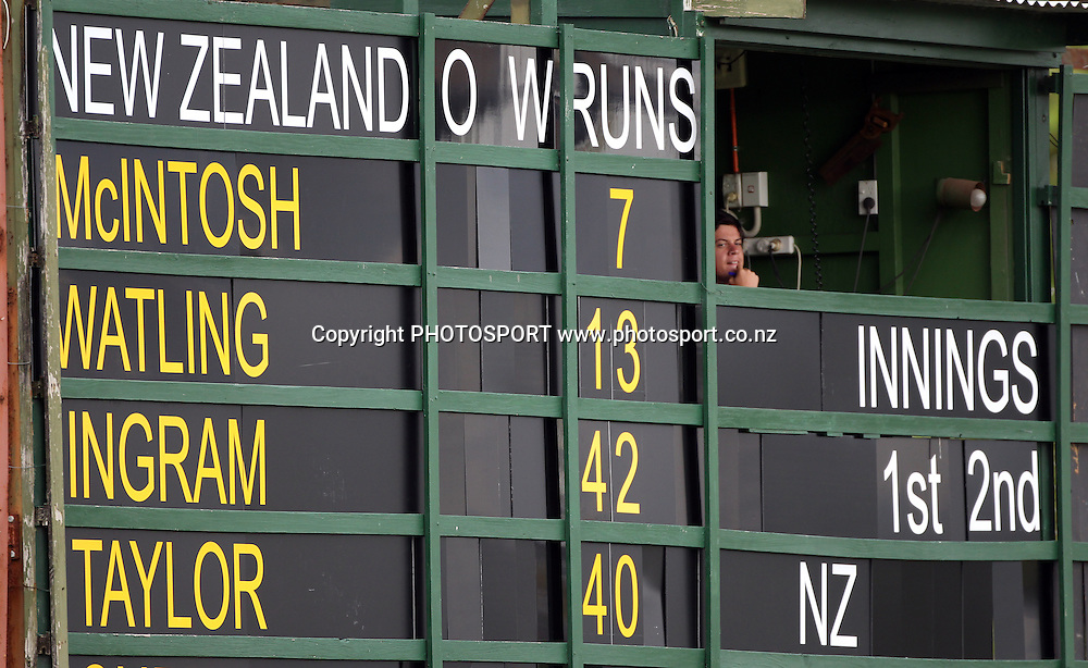 The scoreboard shows New Zealand's top order runs.<br />