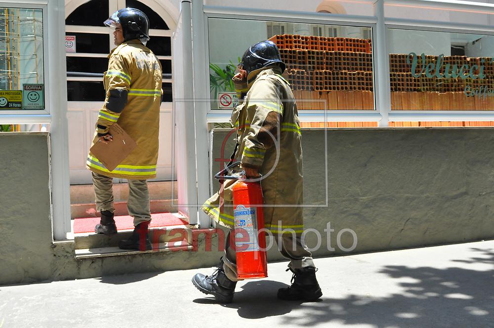 Bombeiros foram mobilizados na tarde deste domingo (28) para combater um princípio de incêndio em um salão de beleza, na Rua Carlos Góis, no Leblon. O fogo causado por um ventilador que foi esquecido ligado foi rapidamente controlado. Não havia ninguém no local e vizinhos que acionaram o socorro. Os bombeiros entraram por uma imóvel abandonado que ficava ao lado do local Foto: ERBS JR./Frame