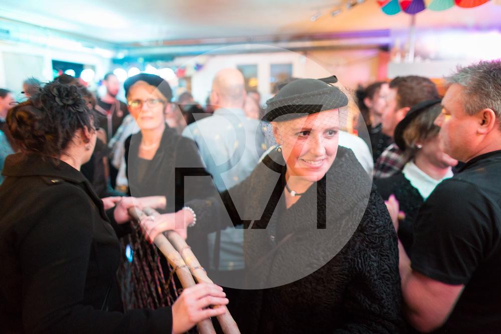 SCHWEIZ - MEISTERSCHWANDEN - Meitlitage 2018, hier in der Café-Bar Speuzli sind die Frauen und Meitli mit dem Grasbogen auf Männerfang - 11. Januar 2018 © Raphael Hünerfauth - http://huenerfauth.ch
