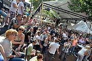 Nederland, Nijmegen, 14-7-2014Recreatie, ontspanning, cultuur, muziek op het koningsplein in de stad aan de rivier Waal tijdens de zomerfeesten. Een van de tientallen feestlocaties in de stad. De vierdaagsefeesten zijn het grootste evenement van Nederland en onlosmakelijk verbonden met de wandelvierdaagse.Foto: Flip Franssen/Hollandse Hoogte