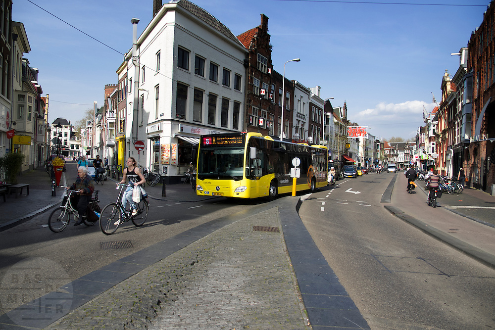 In Utrecht moeten fietsers vlak voor de bus rijden in de Voorstraat.<br /> <br /> In Utrecht cyclists have to ride in front of a city bus due to narrow streets.