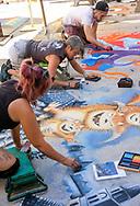6月18日,美国洛杉矶,艺术家们专注在作品工作。当日, 帕萨迪纳市举办了第二十五届粉笔画绘画艺术节,艺术家们使用超过25000支蜡笔粉笔,跪坐在人行道上,用手中的画笔展现他们的创造力。从古典到现代,从古怪到绚丽,不同的艺术风格让观众眼花缭乱。 。新华社发 (赵汉荣摄)<br /> Artists work on their pieces during the 25th annual Pasadena Chalk Festival in Los Angeles, the United States, June 18, 2017. Hundreds artists using more than 25,000 sticks of pastel chalk to create life-size murals on the city pavement.  (Xinhua/Zhao Hanrong)(Photo by Ringo Chiu)<br /> <br /> Usage Notes: This content is intended for editorial use only. For other uses, additional clearances may be required.