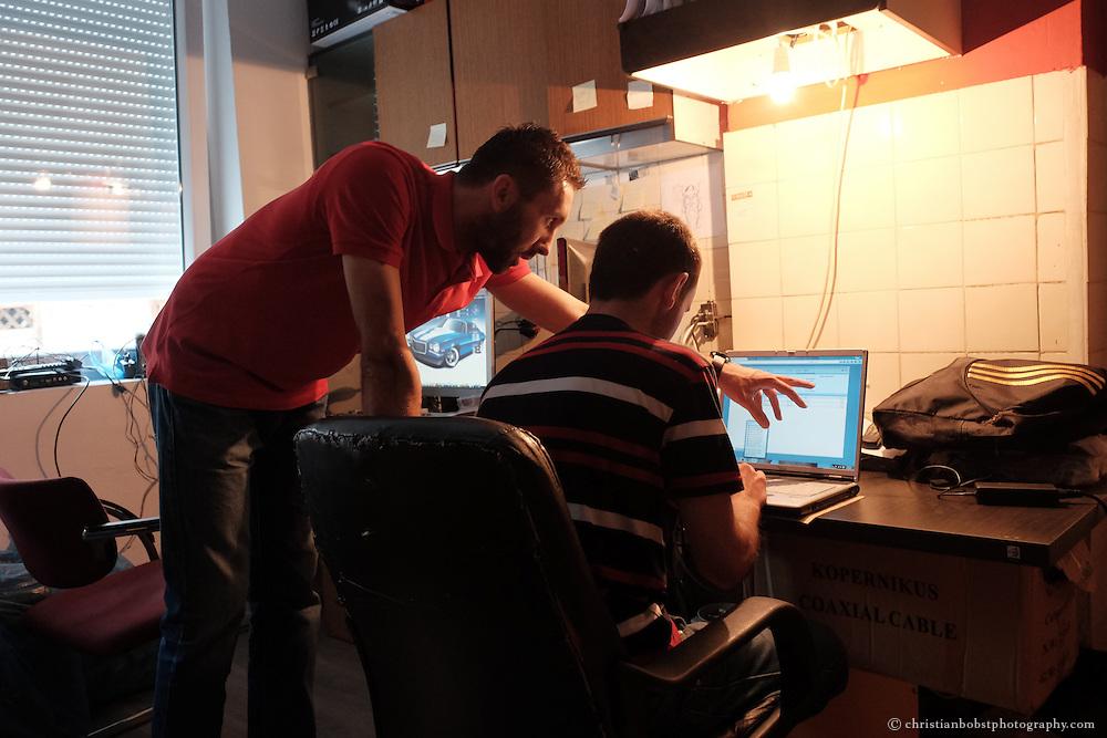 """Arlind Gashi, wohnt und arbeitet in Peja, hat Ausbildung bei """"Praktik"""" gemacht, das von Helvetas unterstützt wird und hat dadurch einen festen Job bei der Internetfirma Kujtesa gefunden. In diesem Bild im Gespräch mit seinem Vorgesetzten Driton Kollçaku."""