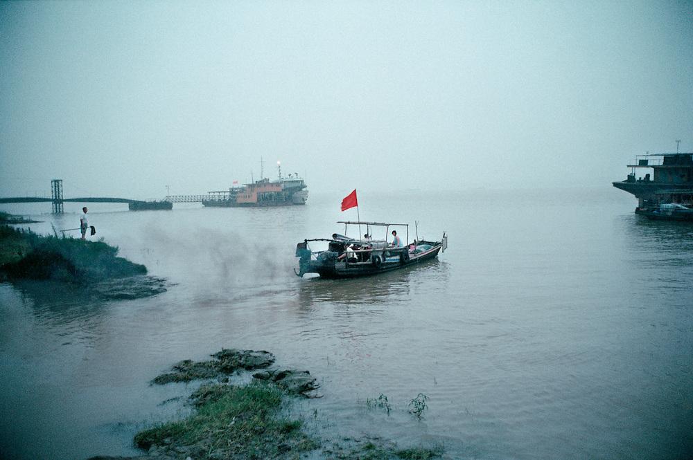 Daily life on the Yangtze river. China. 2001