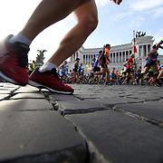 Roma 07/04/2018 <br /> Maratona di Roma 2018 <br /> 24ma edizione<br /> un passaggio sui sampietrini a Piazza Venezia