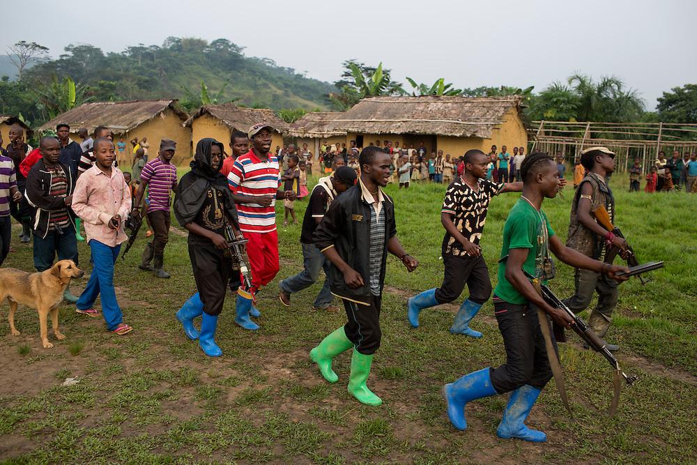 Nyambembe, Congo<br /> <br /> En av rebell gruppen RM, Raia Mutomboki, f&auml;sten &auml;r i byn Nyambembe.<br /> M&aring;nga av soldaterna ser ut som minder&aring;riga men p&aring; fr&aring;gan om hur gamla de &auml;r svarar de att konsekvent att de &auml;r &ouml;ver 18.<br /> H&auml;r &auml;r de p&aring; v&auml;g till et m&ouml;te med en annan RM r&ouml;relse i grannbyn.<br /> <br /> Photo: Niclas Hammarstr&ouml;m