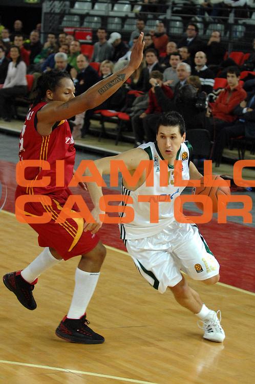 DESCRIZIONE : Roma Eurolega  2007-08 Lottomatica Virtus Roma Panathinaikos<br /> GIOCATORE : Dimitris Diamantidis<br /> SQUADRA : Panathinaikos<br /> EVENTO : Eurolega 2007-2008 <br /> GARA : Lottomatica Virtus Roma Panathinaikos <br /> DATA : 13/12/2007 <br /> CATEGORIA : Penetrazione<br /> SPORT : Pallacanestro <br /> AUTORE : Agenzia Ciamillo-Castoria/E.Grillotti <br /> Galleria : Eurolega 2007-2008 <br /> Fotonotizia : Roma Eurolega 2007-2008 Lottomatica Virtus Roma Panathinaikos Atene <br /> Predefinita :