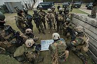 """03 APR 2012, LEHNIN/GERMANY:<br /> Einsatzbesprechung, Kampfschwimmer der Bundeswehr trainieren """"an Land"""" infanteristische Kampf, hier Haeuserkampf- und Geiselbefreiungsszenarien auf einem Truppenuebungsplatz<br /> IMAGE: 20120403-01-080<br /> KEYWORDS: Marine, Bundesmarine, Soldat, Soldaten, Armee, Streitkraefte, Spezialkraefte, Spezialkräfte, Kommandoeinsatz, Übung, Uebung, Training, Spezialisierten Einsatzkraeften Marine, Waffentaucher"""