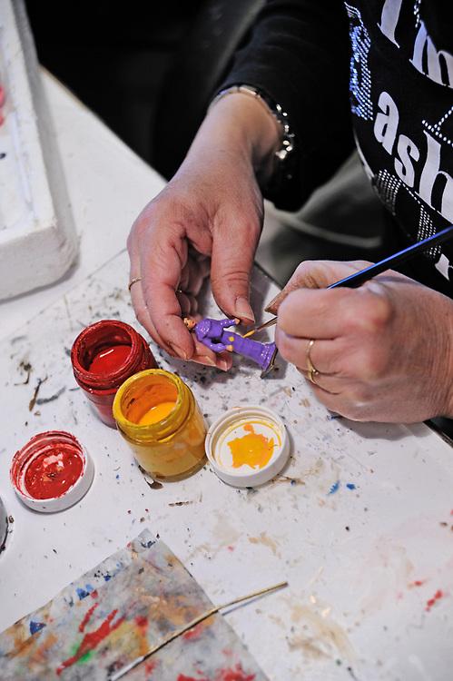 19 avril 2017: En Anjou, l'entreprise CBG Mignot dirigé par monsieur Pemzec réalise des figurines de plomb peintent à la main. Les ateliers produisent tout un panel de figurines. Ici des femmes de la belle époque. LA BREILLE LES PINS (49), FRANCE.