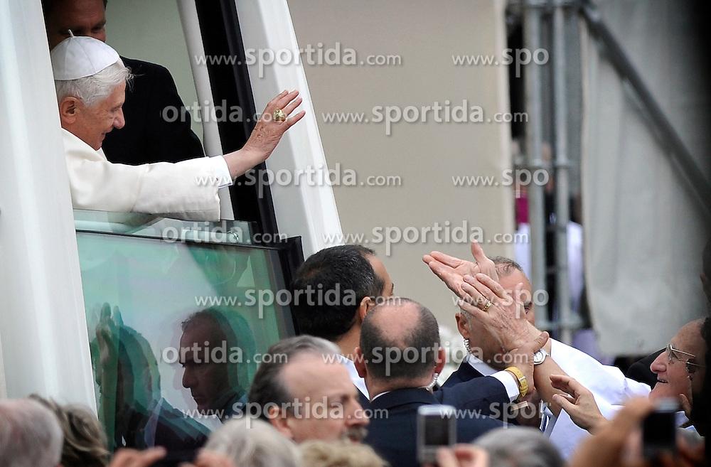 """Papa Benedetto XVI alla Santa Messa in Piazza San Carlo.Torino 02/05/2010 .Visita di Papa Benedetto XVI alla Sacra Sindone esposta a Torino.Foto Giorgio Perottino / Insidefoto .Pope Benedict XVI celebrates a Mass in Piazza San Carlo, Torino, may, 02, 2010..Pope Benedict XVI inside the """"Papa mobile"""" / SPORTIDA PHOTO AGENCY"""