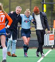 BLOEMENDAAL - Blessure bij Lisanne de Lange (Laren) tijdens  hockey hoofdklasse competitiewedstrijd dames, Bloemendaal-Laren (1-3) . coach Donald Drost (Laren) en rechts Arthur Marques (fysio) . COPYRIGHT KOEN SUYK