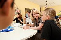 24 AUG 2009, BERLIN/GERMANY:<br /> Manuela Schwesig, SPD, Sozialministerin Mecklenburg-Vorpommern und Mitglied im Team S teinmeier, im Gespraqech mit Vanessa Pruegel (R - 10 Jahre), und Hassan Onat (L - 10 Jahre alt), waehrend dem Besuch des Familienzentrums Mehringdamm, Berlin-Kreuzberg<br /> IMAGE: 20090824-03-040<br /> KEYWORDS: Kind, Kinder, Kindergarten